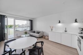 Olohuone, avokeittiö- tilaa ruokapöydälle