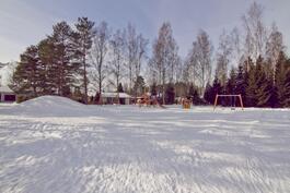 Talon läheisyydessä lasten leikkipuisto