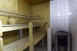 Hyvä sauna puukiukaalla.