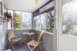 Kylmä kuisti sisäänkäynnin yhteydessä / Kall veranda vid ingången