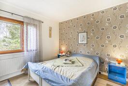 Makuuhuone alakerrassa / Sovrum på nedre våning