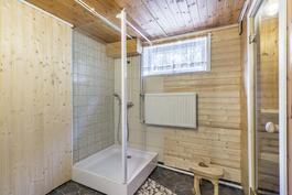 Kylpyhuone kellarissa / Badrum i källaren