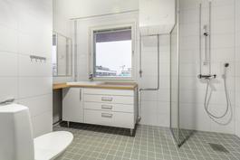 Valoisa kylpyhuone / Ljust badrum