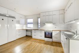Avara ja tilava keittiö / Öppet och rymligt kök