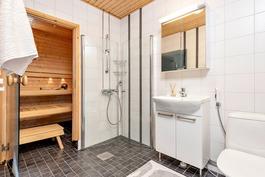 laatoitettu kylpyhuone