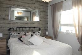 Makuuhuoneen lankkutapetti-seinä