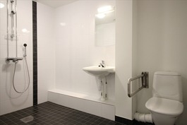 Kylpyhuone (inva)