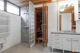 Kylpyhuoneesta saunan yhteydessä