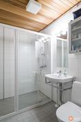 Alakerran toinen kylpyhuone ns. sivuasunnon puolel