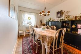 Huone, ruokailutila alakerrassa / Rum, middagsplats i nedre våningen