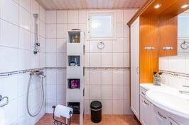 Kylpyhuone/wc kaikissa kerroksissa
