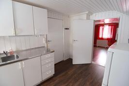 Yläkerran huonetilaa, osittaiset keittiövarusteet