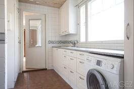 kodinhoitohuoneessa on tilaa pyykinhuoltoon