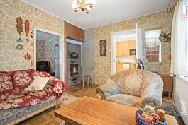 Vanhan puolen olohuone ja keittiötä