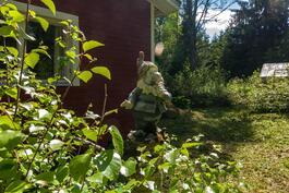 Kannon nokassa tonttu vahtii taloa