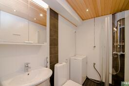 Juuri putkiremontissa uusittu, tyylikäs ja moderni kylpyhuone.