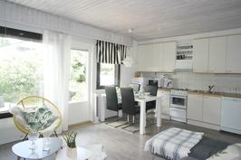 tilava ja valoisa olohuone/keittiötila