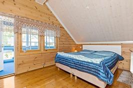 Yläkerran makuuhuone/aulatilasta käynti parvekkeel
