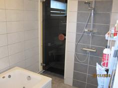 Kylpyhuoneessa suihku ja poreallas