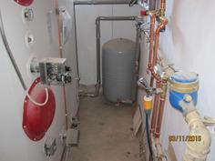 Tekninen tila, missä varaaja, mitä takkauuni lämmittää. Takan kiertovesipumppujärjestelmä on automatisoitu. Myös Patteriverkoston lämpötilaohjaus on automatisoitu.