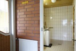 Pesuhuoneen vieressä pieni eteinen