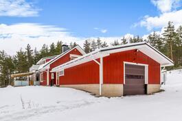 Autotalli rakennettu talon yhteyteen