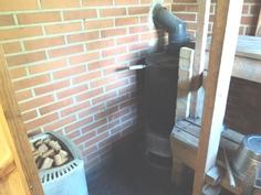Sauna varustettu sekä sähkö- että puulämmitteisellä kiukaalla