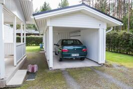 Erillinen autokatos, päässä varasto, puuliiteri ja sen alla kellari