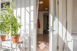 Myös pesuhuoneesta pääsee ulos vilvoittelemaan saunomisen lomassa