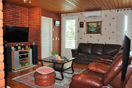 Olohuone ja ovet pesuhuoneeseen ja terassille