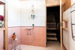 Kylpyhuone on uusittu vuonna 2003