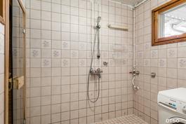 Pesuhuone odottaa kaakeli maalausta tai uuusimista.