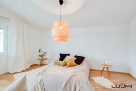 yläkerran parvekkeellinen makuuhuone