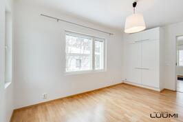 alakerran huone, joka soveltuu ruokailu-, TV- tai makuuhuoneeksi
