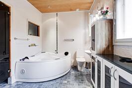 Kylpyhuoneessa 2 hengen poreamme