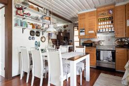 Keittiössä tilaa isollekin ruokapöydälle