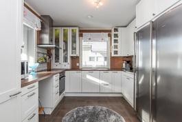 Valoisa U-mallinen keittiö, missä kaksi ikkunaa