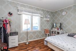 Makuuhuone 1 (alakerrassa)