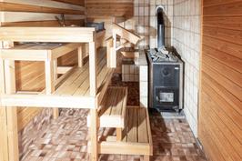 Kellarissa puulämmitteinen sauna
