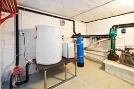 talossa oma vesi, tässä vesi puhdistuu ja varastoidaan