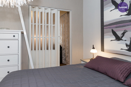 Liukuovi olohuoneen ja keskikerroksen makuuhuoneen välissä