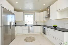 Tässä keittiössä ruoanlaitto ja leipominen onnistuu!