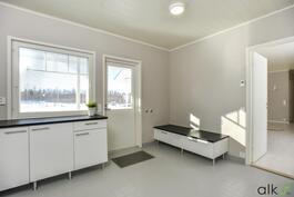 Kodinhoitohuoneesta on käynti ulos ja terassialueelle.