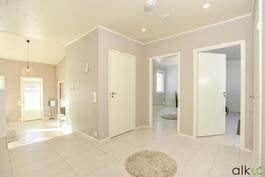 Makuuhuoneiden yhteydessä on kodin toinen wc-tila