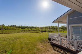 Aurinkoinen terassi on kesäisin ihana paikka oleiluun