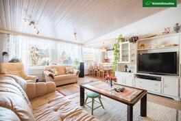 Olohuone on valoisa suurten ikkunapintojen ansiosta