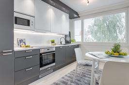 Tyylikäs harmaa-valkoinen keittiö (Aava Keittiö)