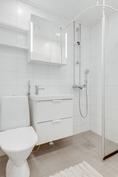 Kylpyhuone uusittu 2014 putkisaneerauksen yhteydessä