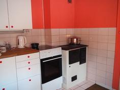 Keittiössä on sekä sähkö että puuliesi