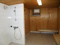 yhteinen pesuhuone+sauna kellarikerroksessa